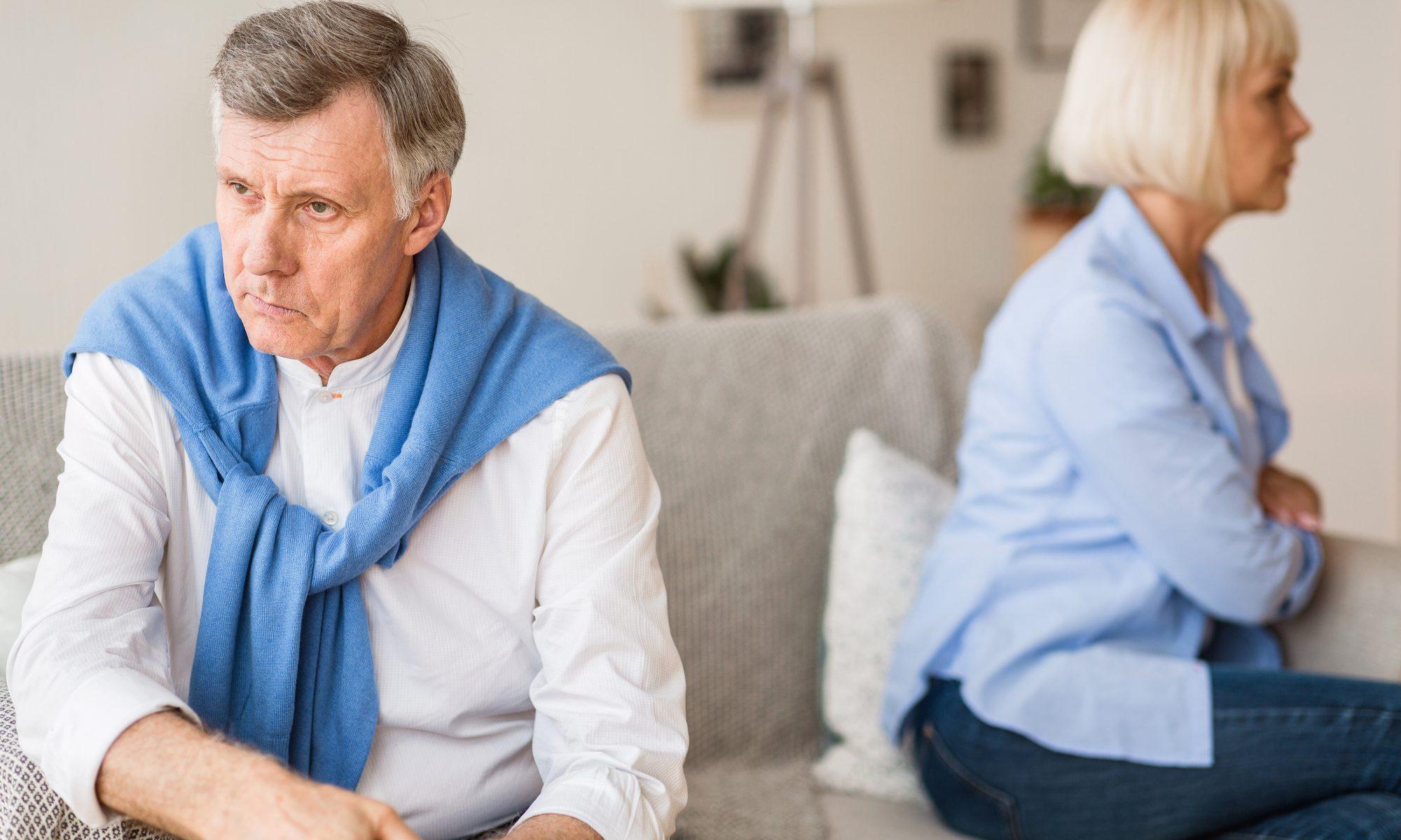 Älteres Paar hat sich schweigend voneinander abgewand und beachtet sich nicht