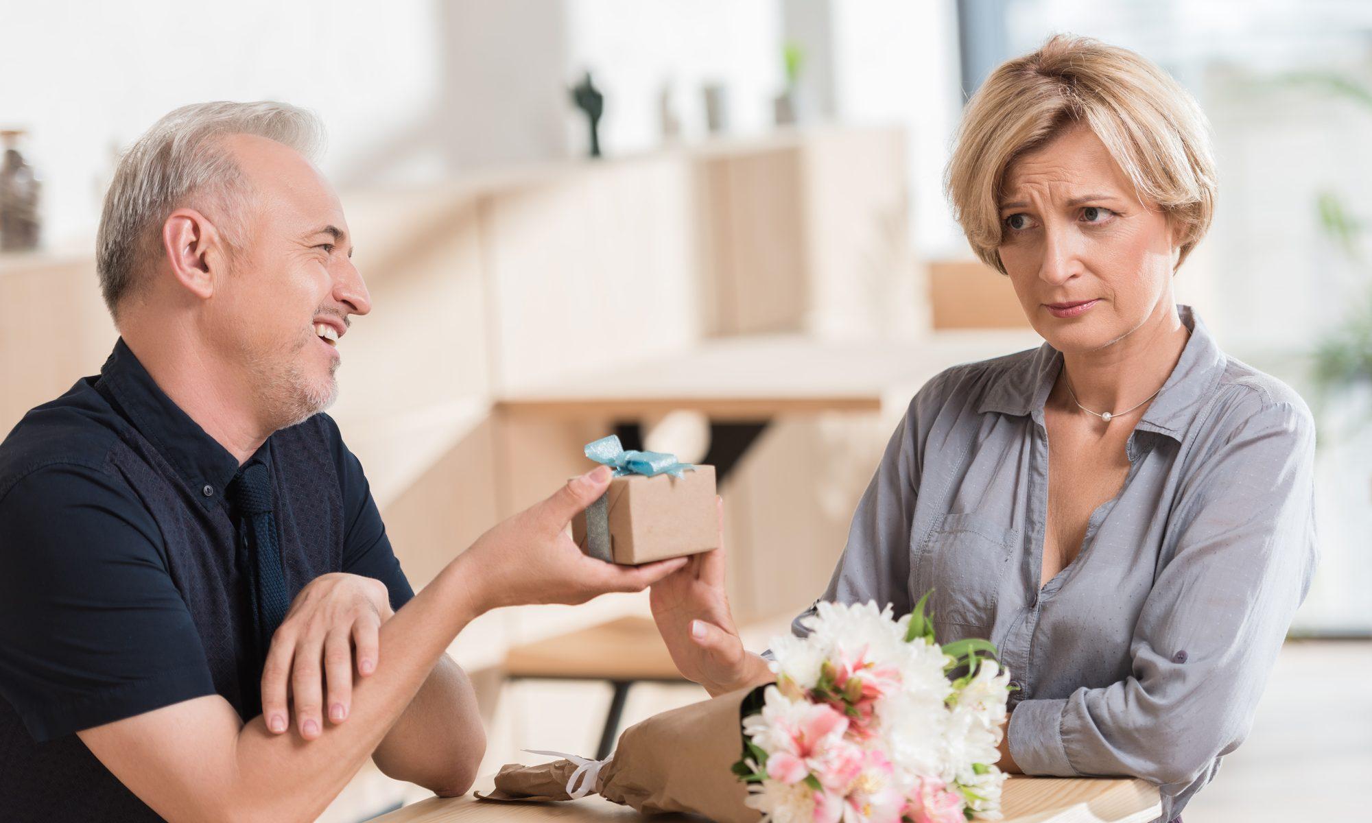 Dating-Fehler, reifes Paar mit generveter Frau beim ersten Date