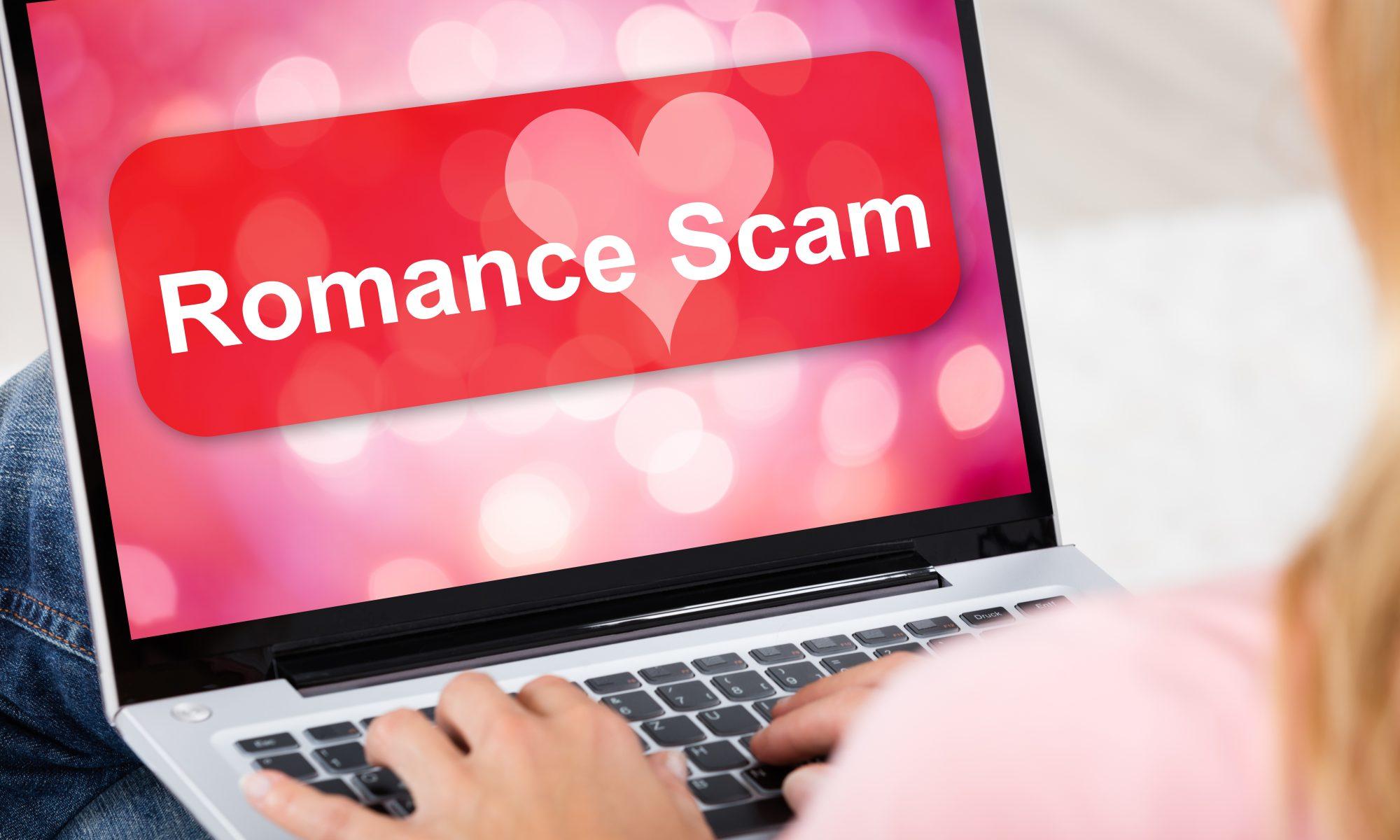 Notebook mit Romance Scam Titel