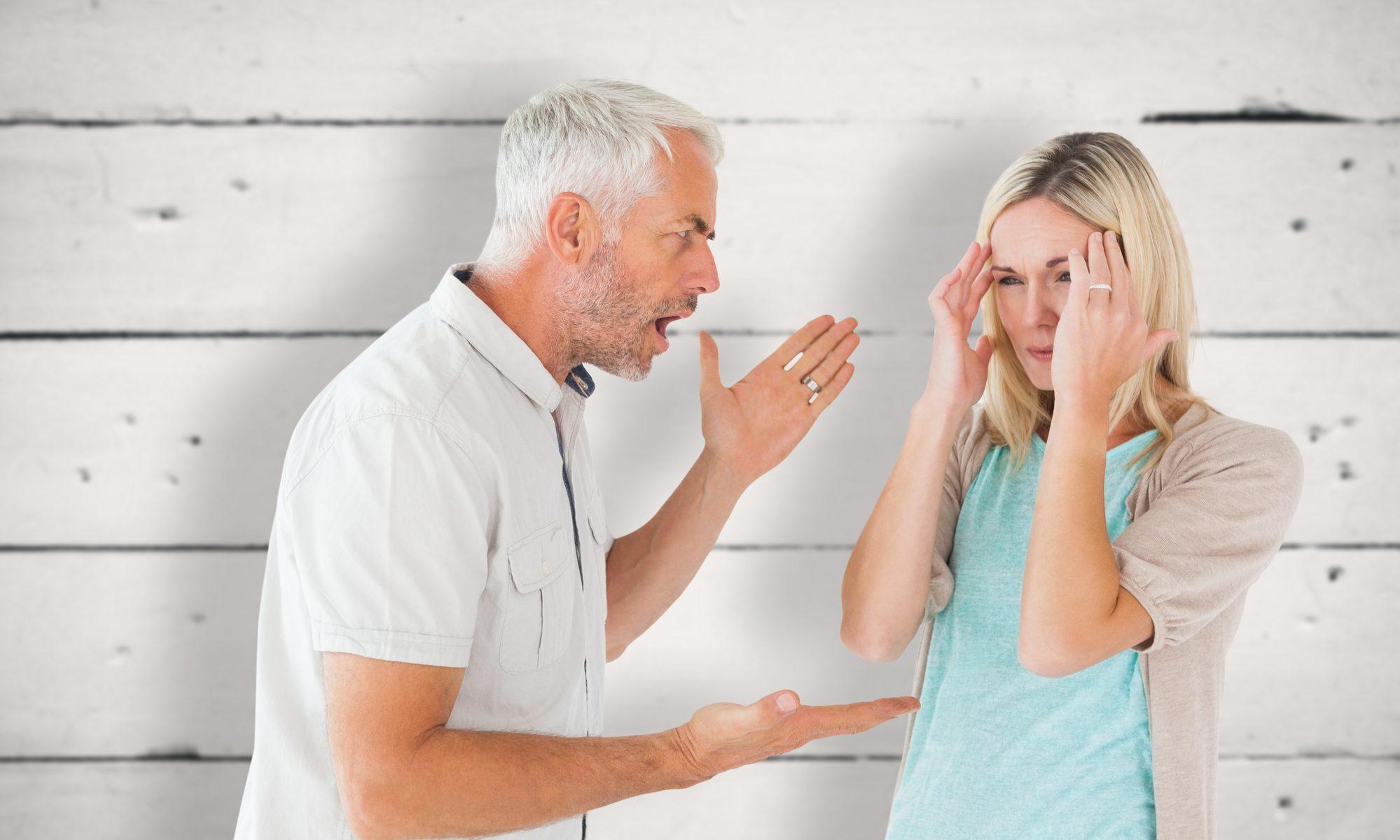 Älterer Mann schreit seine Partnerin an
