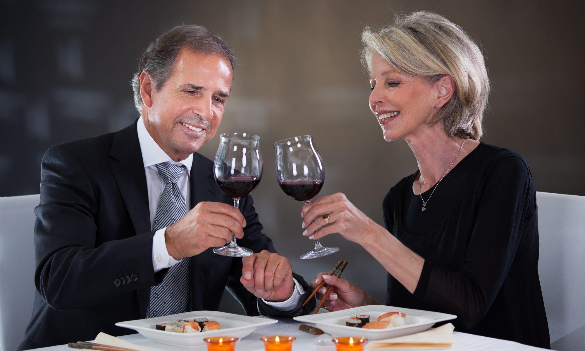 Paar mittleren alters beim ersten Date im Restaurant