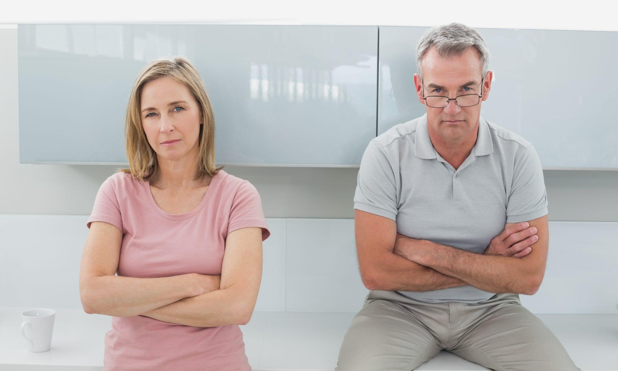 Paar in der Krise steht scheigend nebeneinander