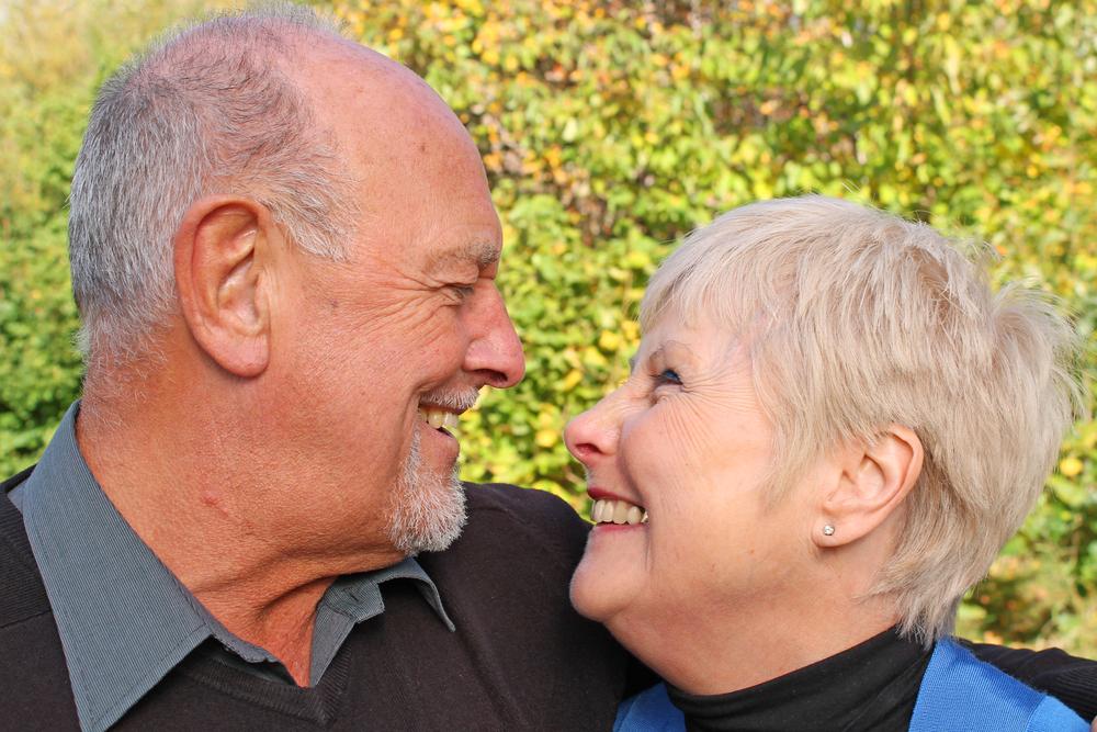glückliches älteres Paar lacht sich an