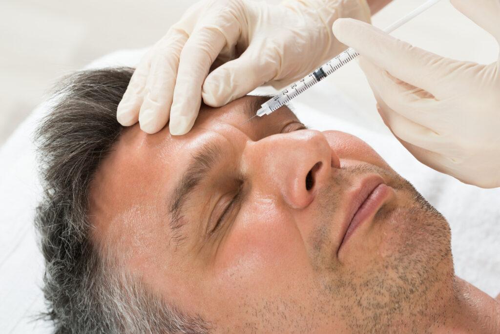 Ältere Mann lässt sich Botox spritzen