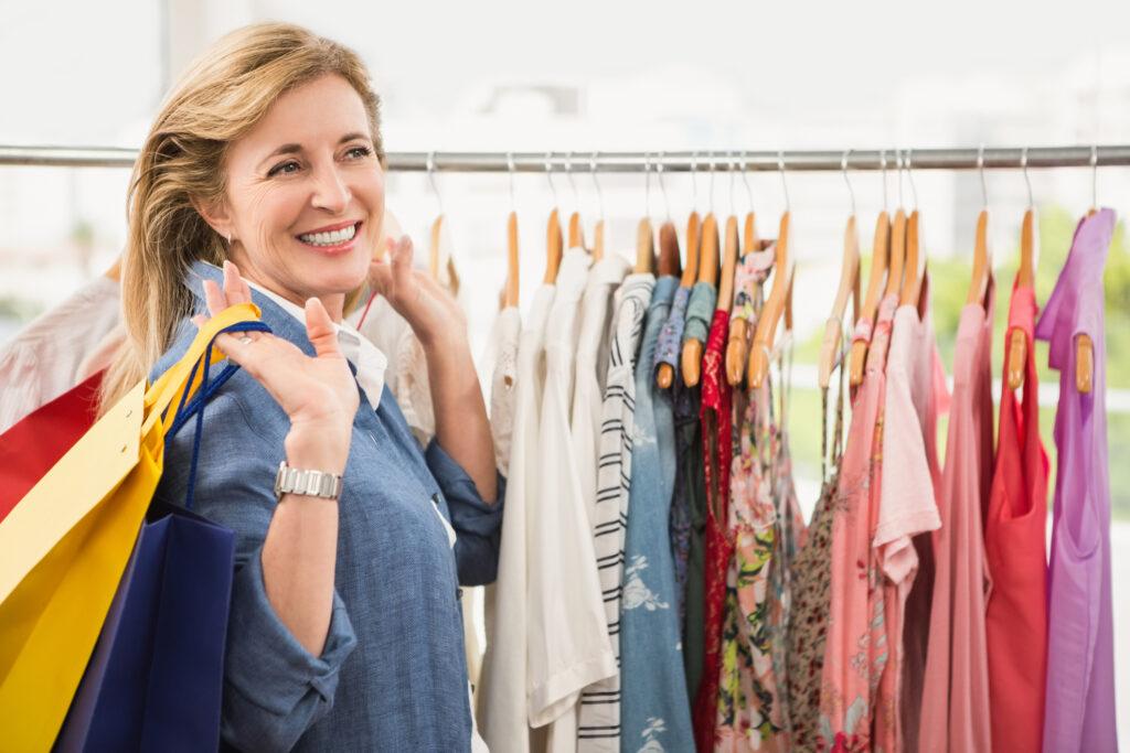 Frau um die 50 auf shopping Tour