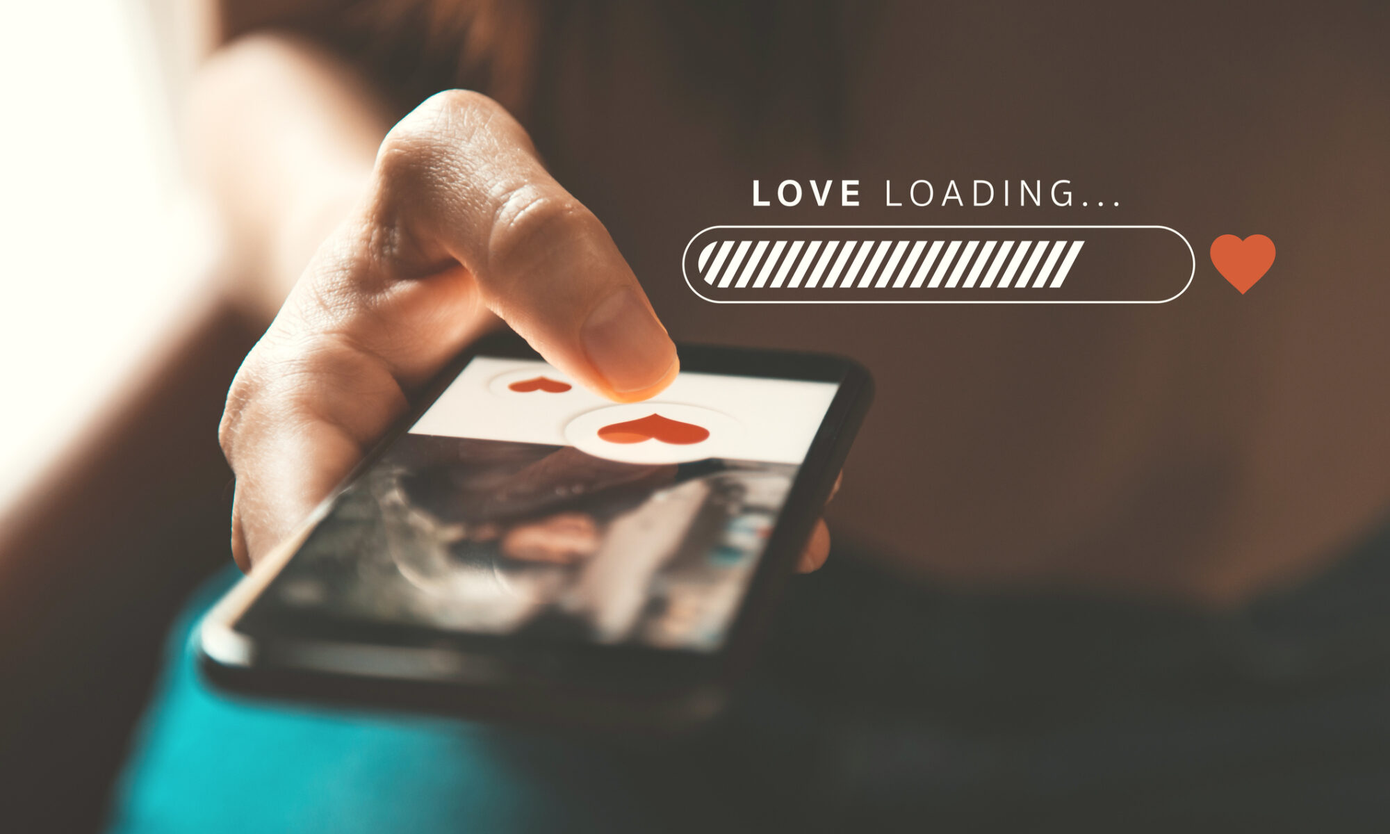 Smartphone in der Hand mit Dating App