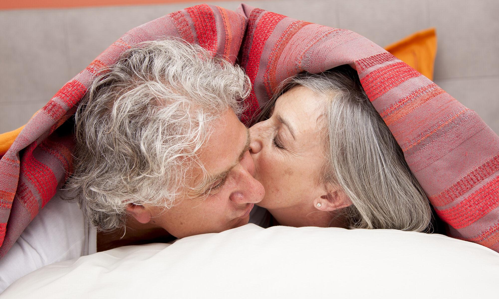 älteres verliebtes Paar unter der Decke