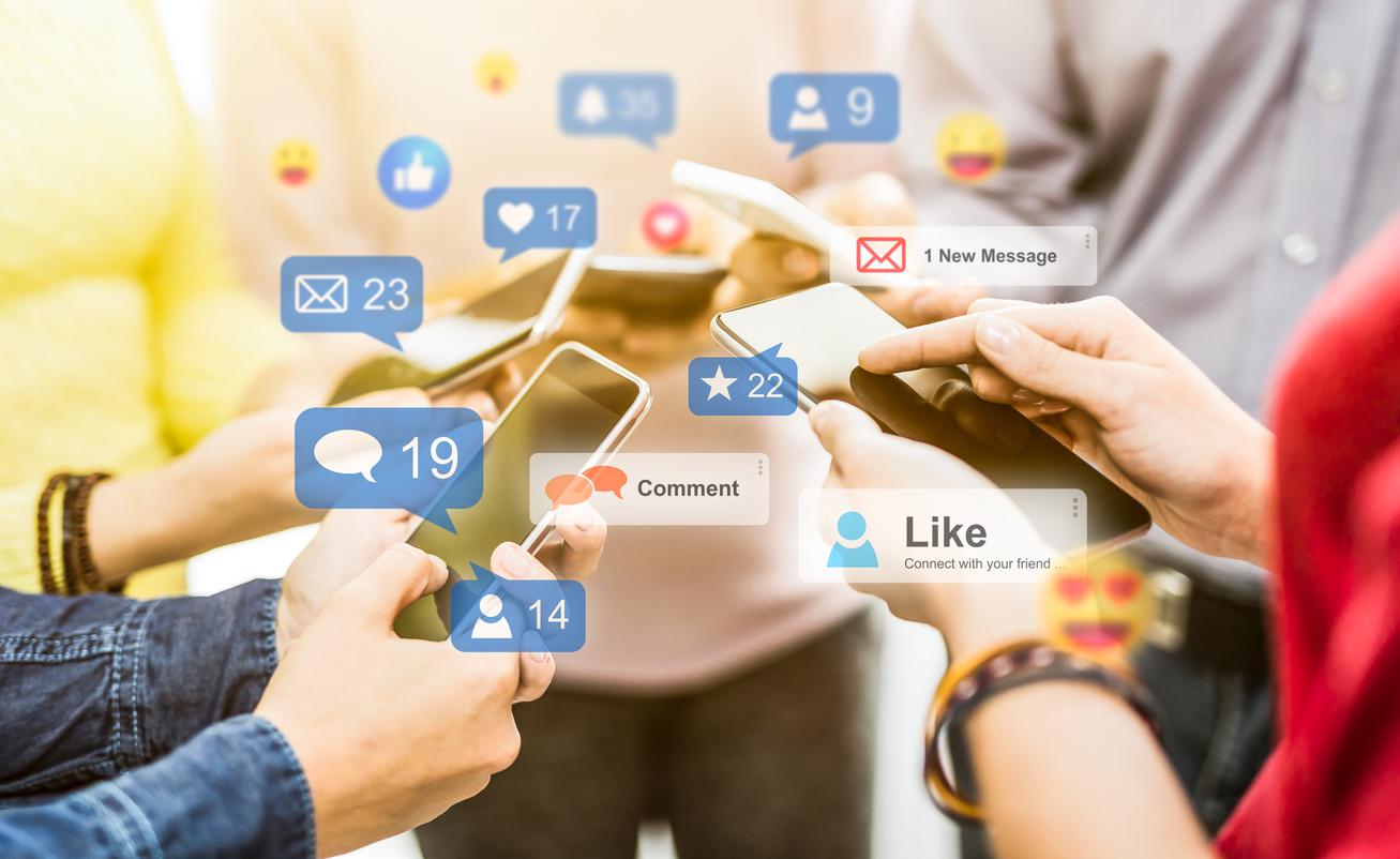 Hände mit Smartphones und social media Reaktionen